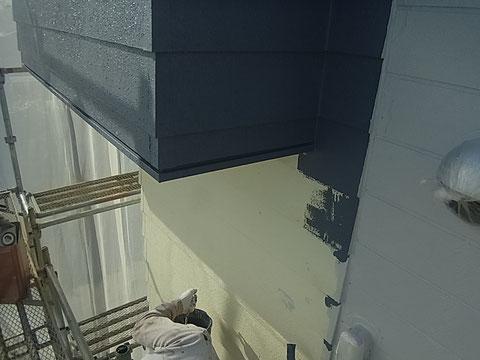 外壁塗装中。関西ペイントの高耐久・防カビ塗料でおしゃれグレーに変身中。
