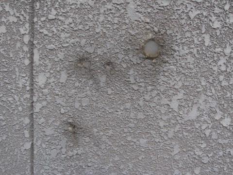 外壁の配線撤去跡。既存シリコン状況。