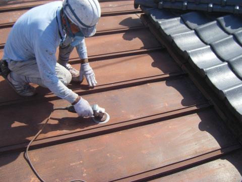 ディスクサンダーにて鉄板屋根の下地処理
