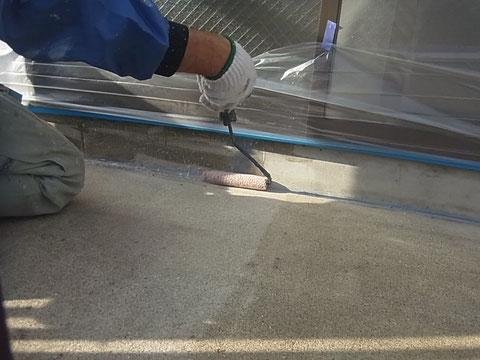 ベランダ床の防水塗装前の下塗り状況。熊本の現場です。