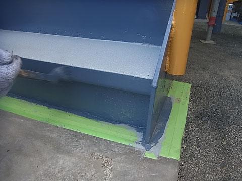 鉄骨階段手摺りの塗装中。関西ペイントの高耐久・防カビ塗料でおしゃれグレーに変身中。