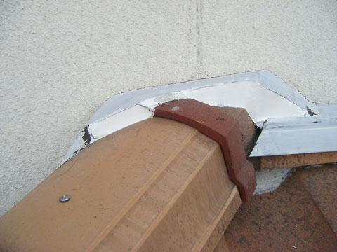 熊本H様家の外壁塗装時。外壁と屋根の取り合いに防水コーキングを施しました。これで塗装できます。