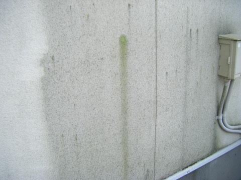 熊本H様家の外壁塗装時。外壁の高圧洗浄途中。