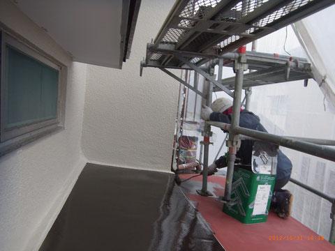 鉄板屋根塗装作業中。