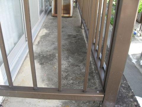 熊本県T様邸外壁塗装・屋根塗装状況。ベランダ塗装前。