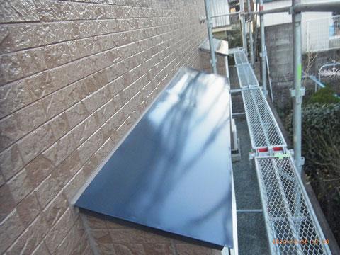 熊本T様邸。庇屋根塗装にジェットブラックを採用しました。