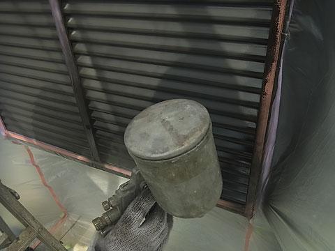 シャッターの吹き付け塗装を行っています。