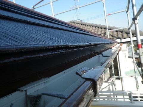 。軽量スレート・コロニアル屋根の塗り替え完成後、屋根塗装を接写で撮影。バッチリOKです