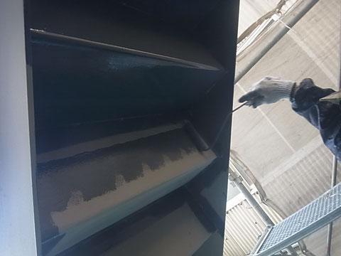 階段裏鉄骨塗装中。