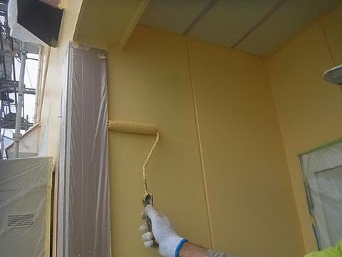熊本市N様家。外壁上塗り中。責任を持って丁寧に塗装させて頂いております。