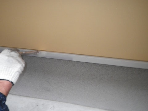 鉄板水切りの塗装をハケで塗り替えています。ホワイト仕上げ