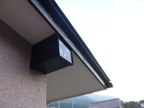 熊本I様家の屋根塗装・外壁塗装状況。幕板の塗り替えが完成しました。カラーはブラウンを使用。