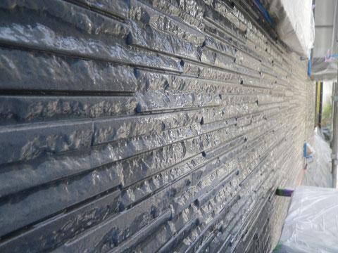 熊本市N様家の外壁塗装及び屋根塗装時。模様付き外壁サイディングのクリアー保護塗装を接写で撮影しました。