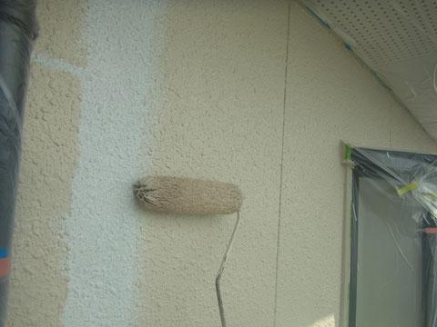 熊本県〇様家の外壁中塗りをローラーで塗装中。高耐久塗料使用。