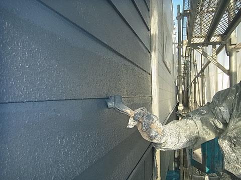 外壁上塗り。刷毛塗