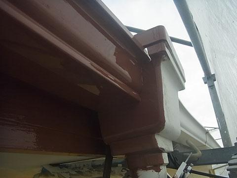 樋塗り替え途中です。白からブラウンにチェンジ!関西ペイント高耐久・低汚染シリコン塗料を使用しています。