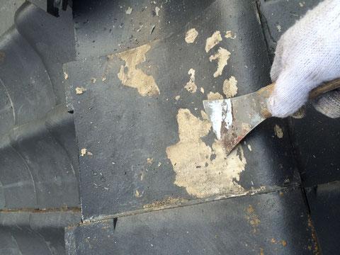 熊本市〇様家瓦屋根塗装工事前。旧塗膜の浮きを除去しています。