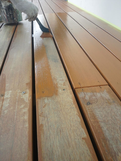 熊本県のウッドデッキ塗装を刷毛にて塗り替え中