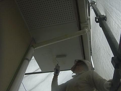 軒天のカビ止めローラー塗装中です。防カビ塗料使用。