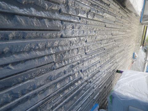 熊本市〇様家の屋根塗装及び外壁塗装。模様付き壁のクリヤー保護塗装中です。