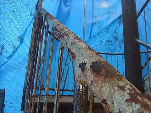 鉄骨階段塗装前。剥がれとサビが発生している鉄骨。触ったらだめよ!ダメダメ!