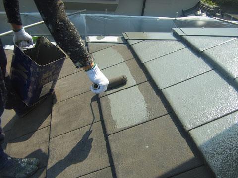 熊本〇様邸屋根ミニエル瓦の下塗り状況。弱溶剤シリコン塗料使用。