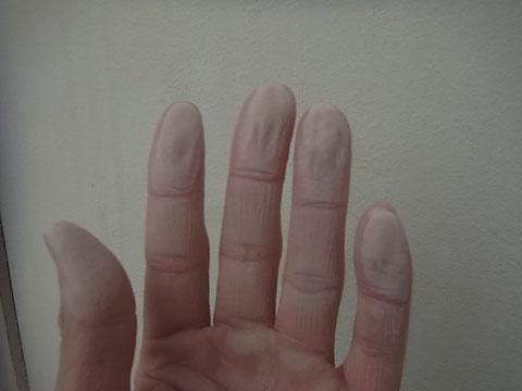 高圧洗浄のみではチョーキング除去困難と判断。外壁高圧洗浄前に擦りました。