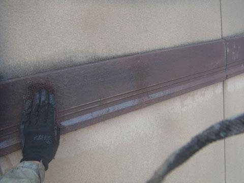 帯板のケレンを行い、チョーキングの除去等、下地を整えている様子。