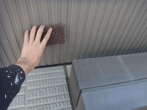 天井も塗り替え前にケレンを行います。