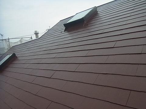 軽量スレート・コロニアル屋根の上塗り完成。日本特殊塗料の防カビ・防藻・高耐久遮熱塗料使用。