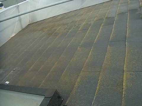 屋根の塗り替え前 BEFORE 北側屋根にコケが発生。
