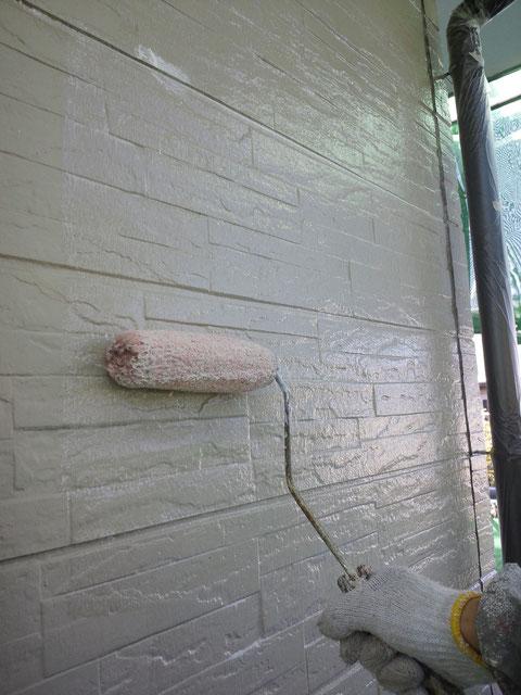 サイディング外壁密着プライマー施工中