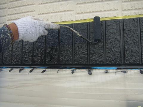 サイディング帯のローラー上塗り状況。