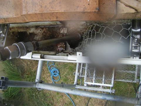 熊本県H様邸屋根の高圧洗浄状況。トイ内部洗浄