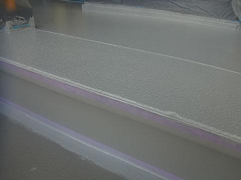 熊本市Y様外壁塗装及び屋根塗装工事の際に撮影しました。階段床の塗装状況です。視認性の高いシルバー塗装中。