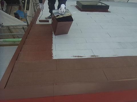 コロニアル屋根の中塗りローラー塗装中。 高耐久遮熱塗料。防カビ
