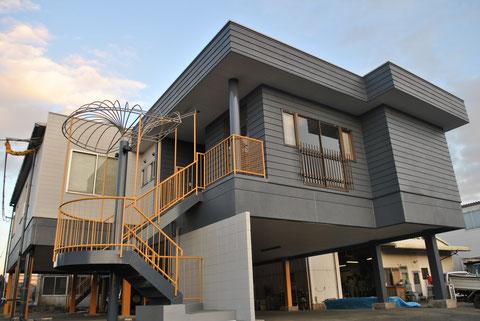 おしゃれ外壁塗装 濃いダークグレー・イエロー系で塗り替え 熊本Y様事務所
