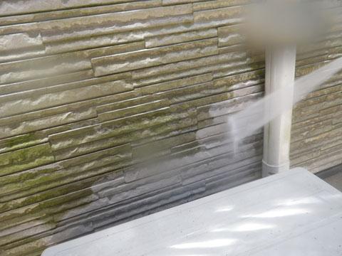 熊本市N様家の屋根塗装及び外壁塗装状況。外壁の高圧洗浄中。コケを除去しています。