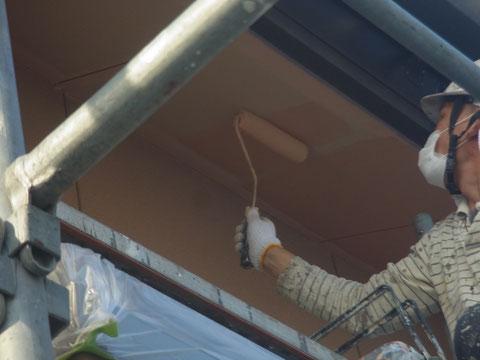 軒天を防カビ防ヤケ塗料にて塗り替え中。