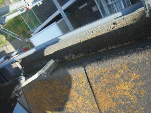 屋根塗装前の下地処理。コケを除去 熊本〇様邸