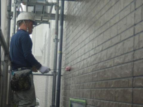 熊本市〇様家の外壁塗装及び屋根塗装時撮影。サイディング外壁を防カビ高耐久保護塗料で塗っていきます。