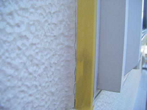 サッシ際手直し塗装中 熊本のお家塗装時の写真