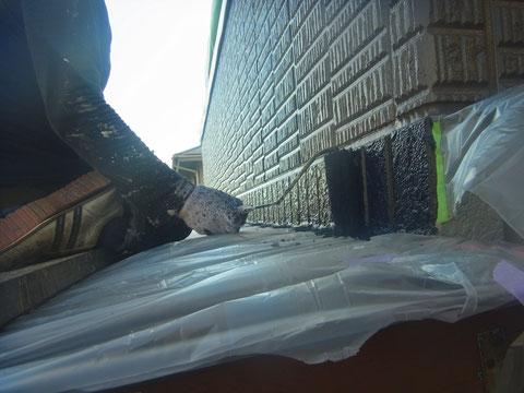 熊本市〇様家外壁塗装及び屋根塗装時。外壁帯板に対し防カビ高耐久樹脂塗料を使用しローラーで塗装中。