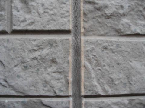 外壁コーキング劣化によるひび割れ。