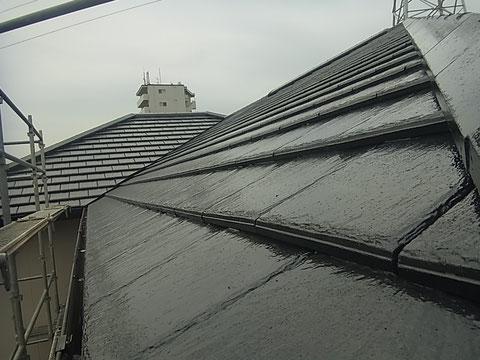 熊本市東区K様家の外壁塗装及び屋根塗装時撮影。セメント屋根瓦を高耐久樹脂塗料にて塗り替え完成です。ブラック系カラーを使用。