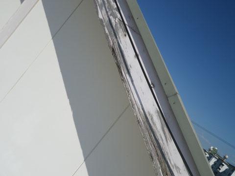 幕板塗り替え前。木部の劣化が進んでおります。