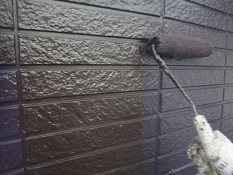 熊本のお家の外壁をローラーにて高耐久塗料の茶色を塗装中。