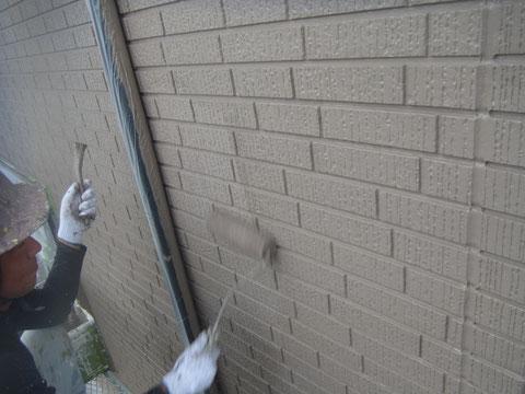 熊本県〇様家の外壁中塗りをローラーとハケで塗装中。高耐久塗料使用。
