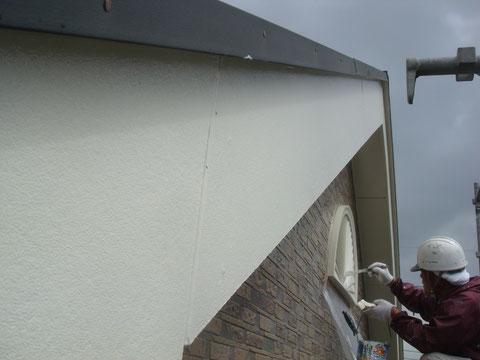 熊本のお家を外壁塗装でキレイに塗り替え中です。外壁飾りのハケ塗装。