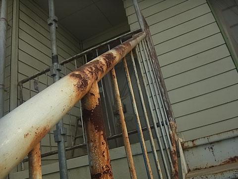 鉄骨階段塗装前。剥がれとサビが発生している状況